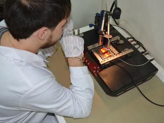 Работа инженера с ремонтным центром Martin dbl-05. Уникальное дорогостоящее оборудование для перепайки микросхем, гарантирует 100% качество установки новой микросхемы на плату.