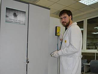 Снятие статики - каждый инженер при входе в сервисную зону, снимает статическое электричество на тест-стенде VKG A-750.